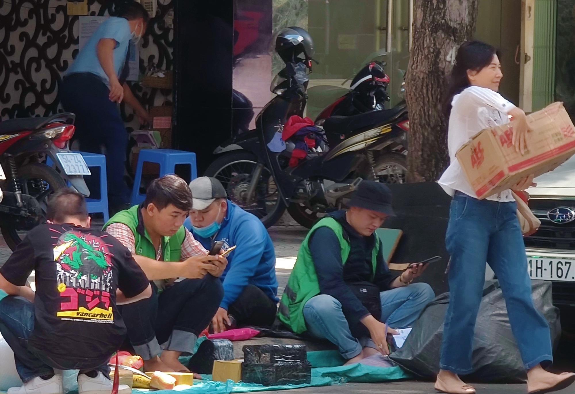 Phố giao hàng của mua bán trực tuyến giữa lòng quận 1 (TP.HCM). Ảnh: Trọng Hiền