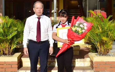 Chủ tịch TT- Huế tuyên dương nữ sinh viết thư gửi người bán xôi
