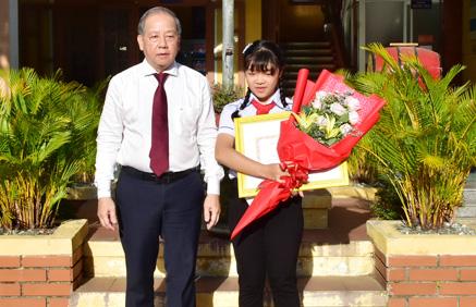 Chủ tịch TT- Huế tuyên dương nữ sinh viết thư gửi người bán xôi  - Ảnh 2.