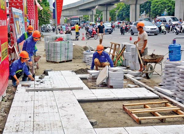 Vỉa hè trên đường Nguyễn Trãi, quận Thanh Xuân, Hà Nội được lát đá mới.