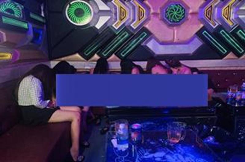 Nữ tiếp viên karaoke ở Đồng Nai thoát y phục vụ khách - Ảnh 1.