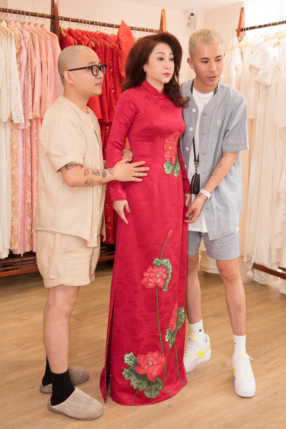 Hé lộ về nhà thiết kế áo dài được nữ danh ca Ý Lan ưu ái đặt tên - Ảnh 1.