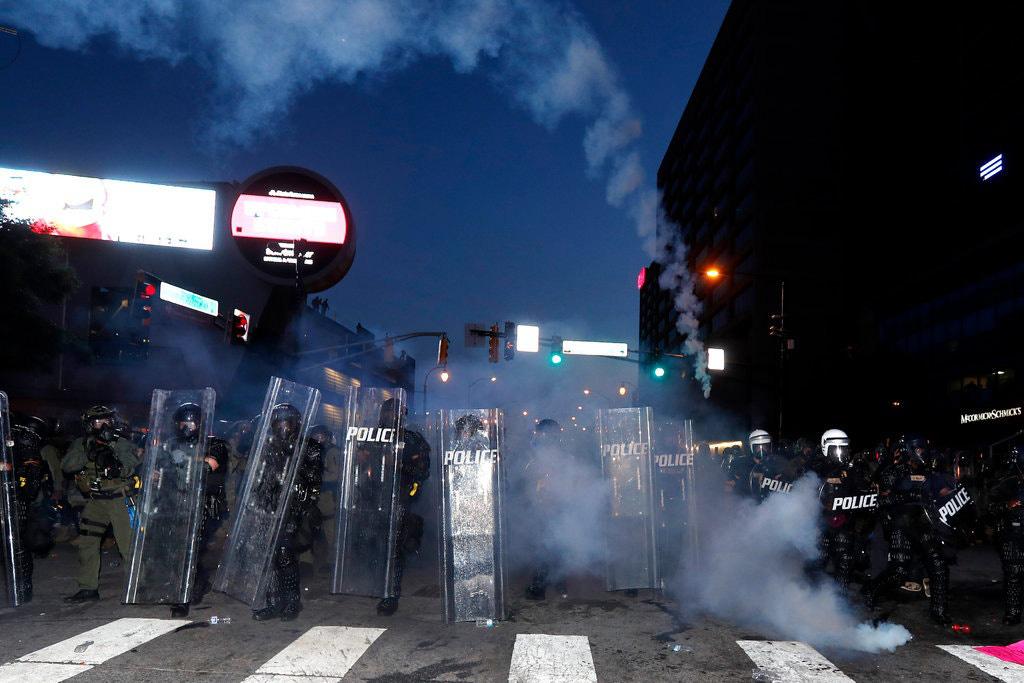 Người biểu tình Mỹ 'xé' lệnh giới nghiêm, bao vây Nhà Trắng - Ảnh 1.
