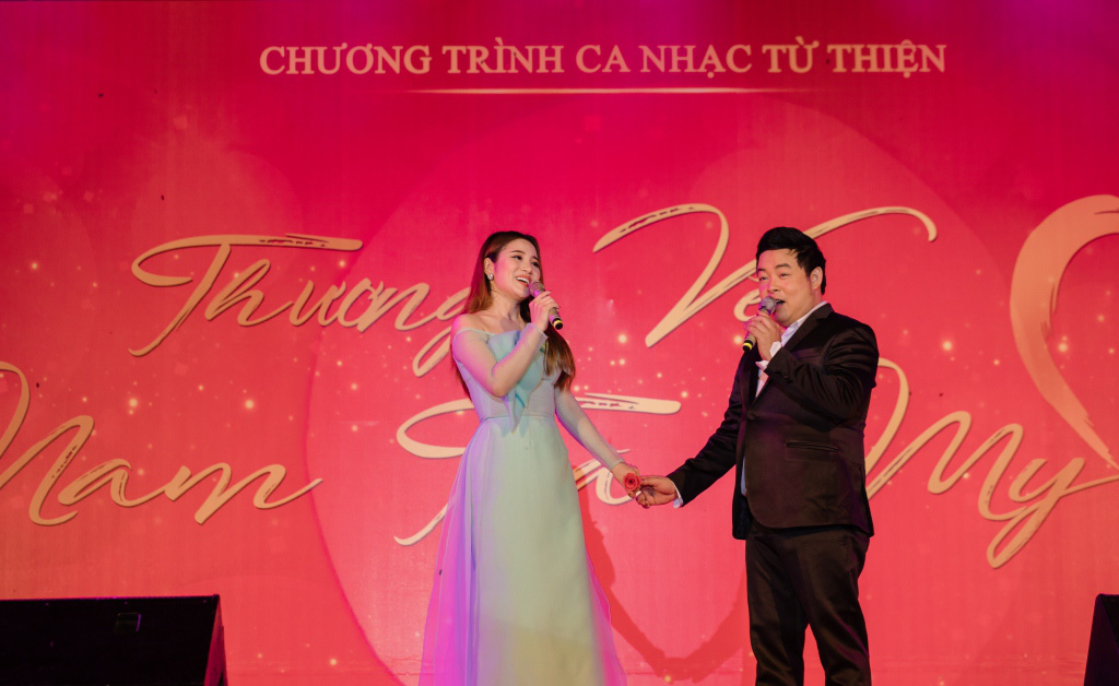 Tố My - Quang Lê tình tứ trên sân khấu trước hàng trăm khán giả Quảng Nam - Ảnh 1.