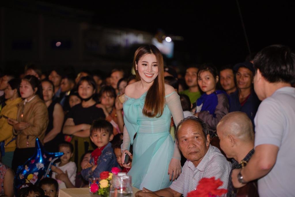 Tố My - Quang Lê tình tứ trên sân khấu trước hàng trăm khán giả Quảng Nam - Ảnh 2.