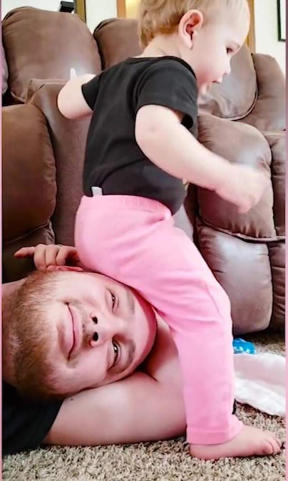 Video hài: Có một đứa trẻ, thế giới của bạn sẽ đảo lộn thế này đây - Ảnh 2.