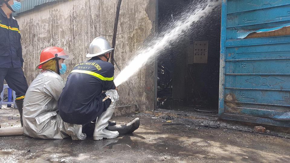 Hỏa hoạn tại kho hóa chất Đức Giang đã được khống chế - Ảnh 4.