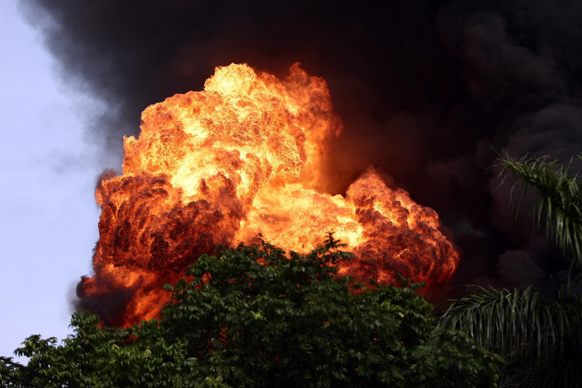 Hà Nội: Cháy cực lớn kho hóa chất ở cảng Đức Giang - Ảnh 1.