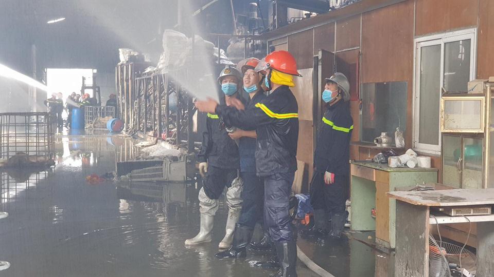 Hỏa hoạn tại kho hóa chất Đức Giang đã được khống chế - Ảnh 3.