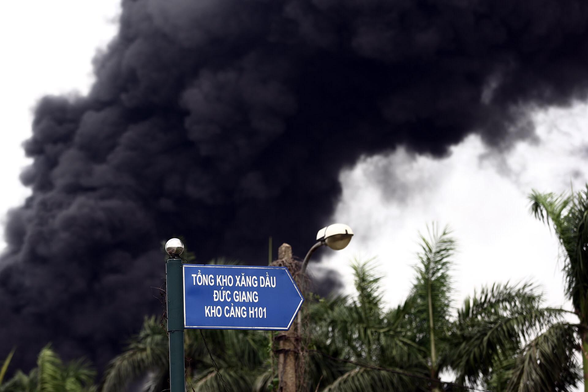 Hà Nội: Cháy cực lớn kho hóa chất ở cảng Đức Giang - Ảnh 4.
