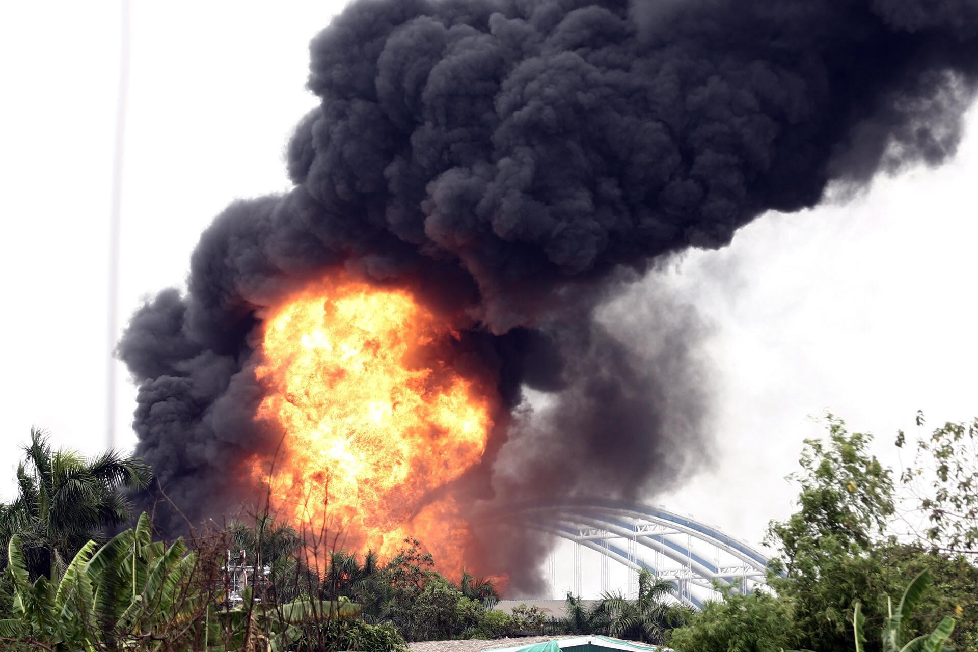 Hà Nội: Cháy cực lớn kho hóa chất ở cảng Đức Giang - Ảnh 2.
