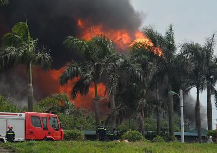 Cháy kho hóa chất tại cảng Đức Giang: Cháy kho chứa dung môi chứ không phải hoá chất độc hại - Ảnh 1.