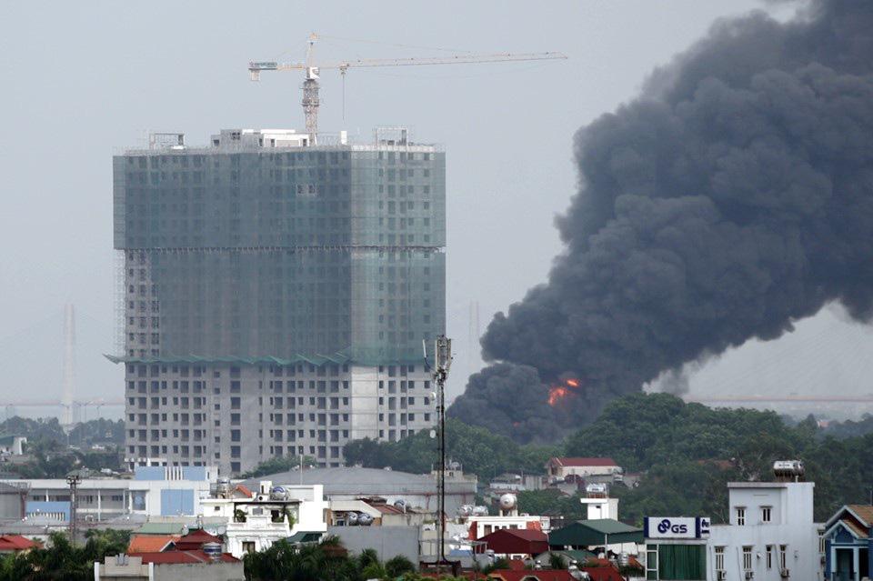 Hà Nội: Cháy cực lớn kho hóa chất ở cảng Đức Giang - Ảnh 5.