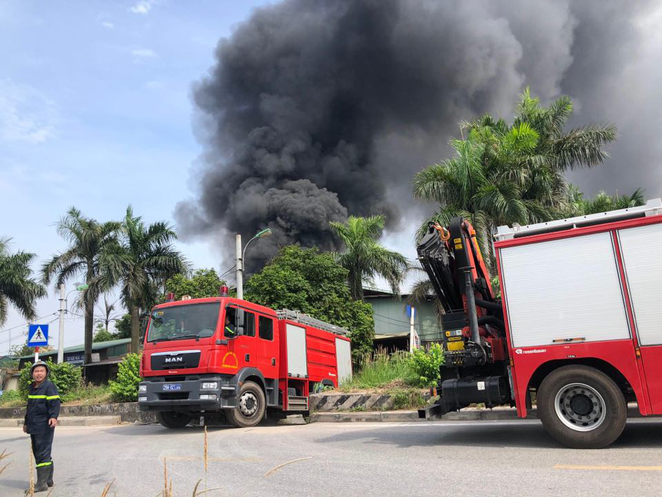 Hà Nội: Cháy cực lớn kho hóa chất ở cảng Đức Giang - Ảnh 6.