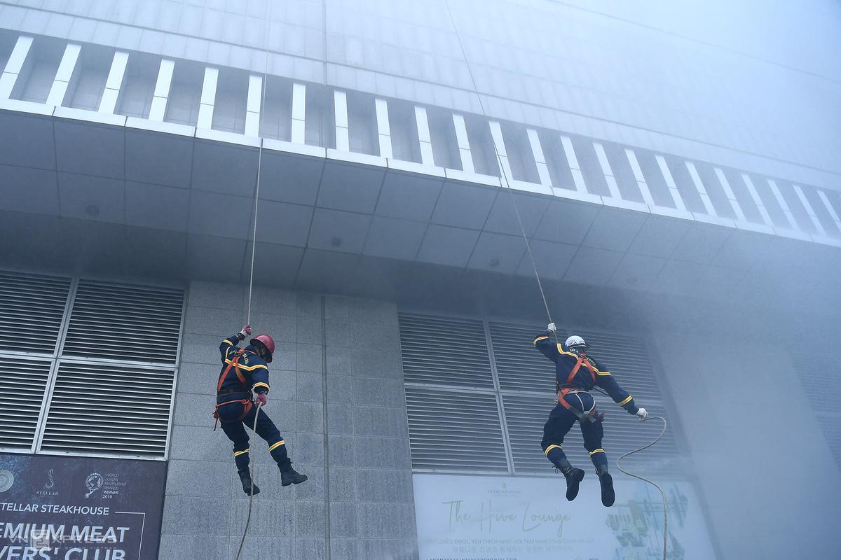 Diễn tập PCCC tại tòa nhà cao nhất Hà Nội - Ảnh 7.