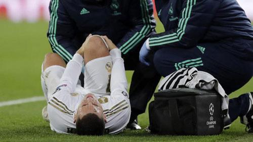 Hazard liên tục ăn đòn.