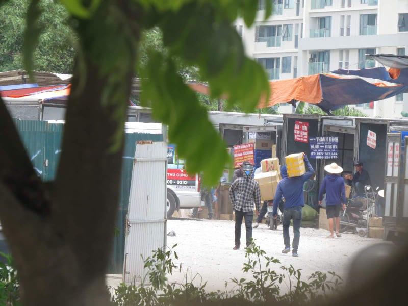 Dẹp bãi xe trái phép 310 Nguyễn Xiển sau phản ánh của Dân Việt - Ảnh 2.