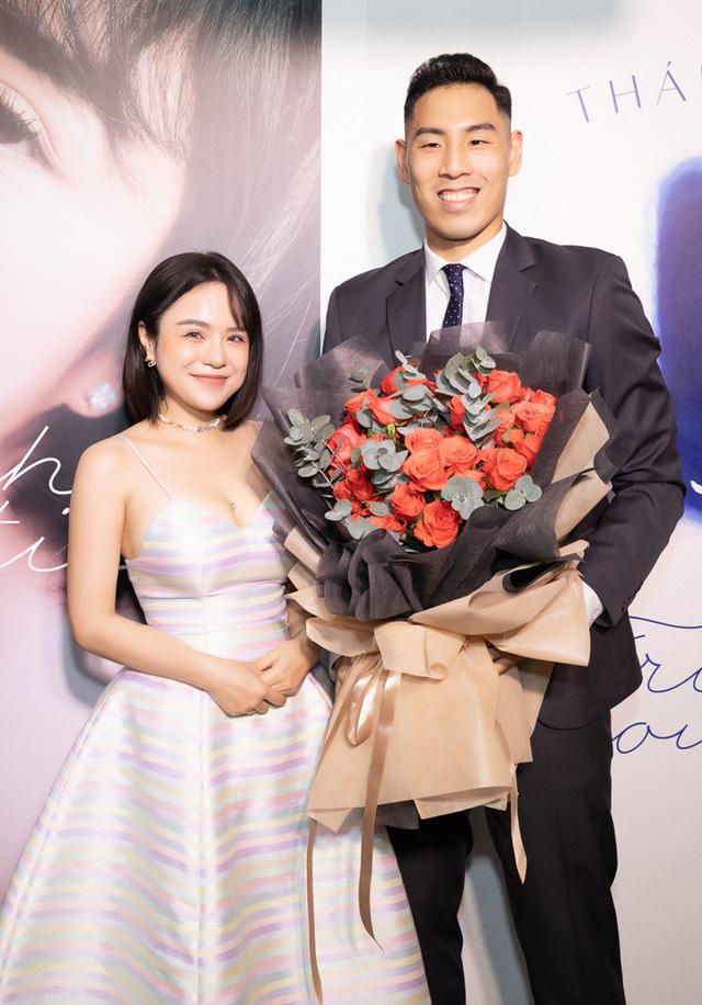 Thái Trinh được ngôi sao bóng rổ Việt Nam tặng hoa hồng đỏ - Ảnh 1.