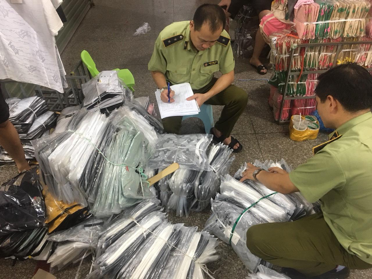 Tấn công khu Ninh Hiệp thu giữ gần 4.700 sản phẩm có dấu hiệu giả, nhái và hàng nhập lậu - Ảnh 1.
