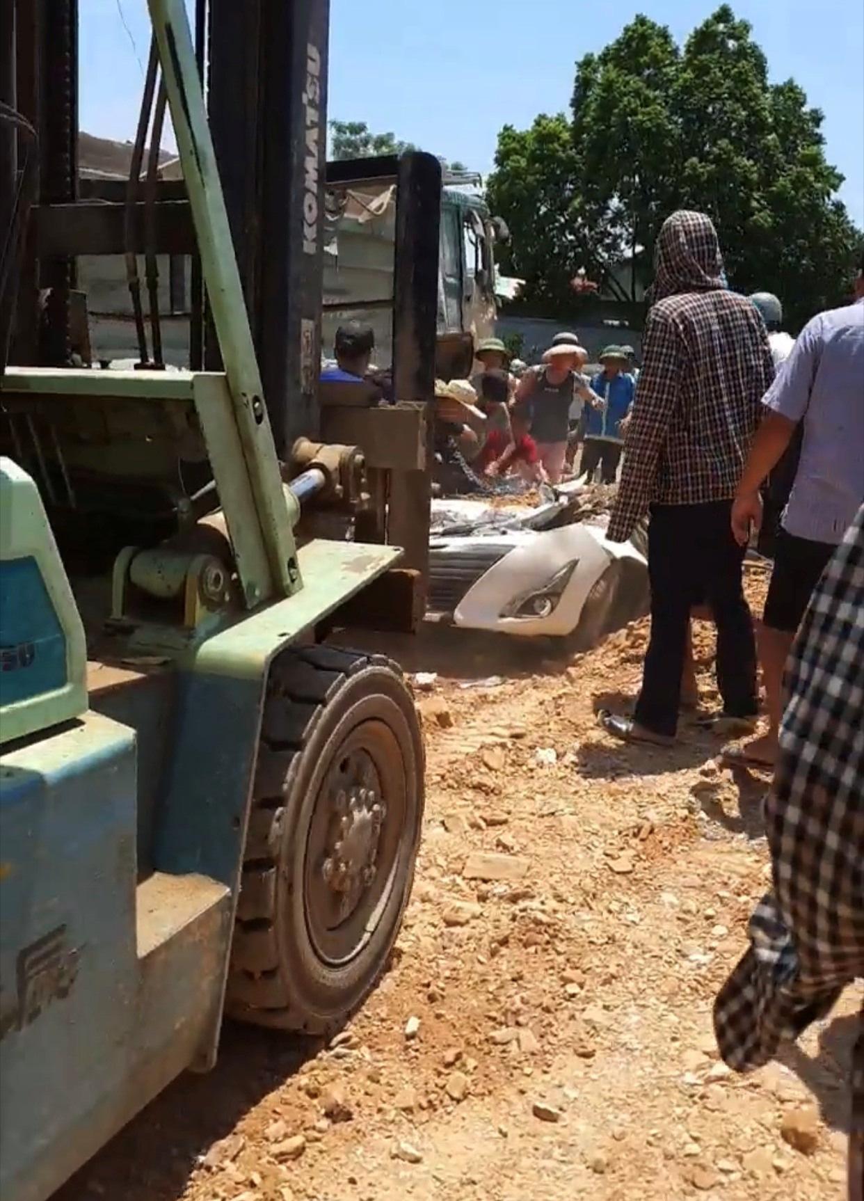 Phó Thủ tướng yêu cầu kiểm tra làm rõ nguyên nhân vụ xe tải đè bẹp xe con, 3 người tử vong - Ảnh 2.