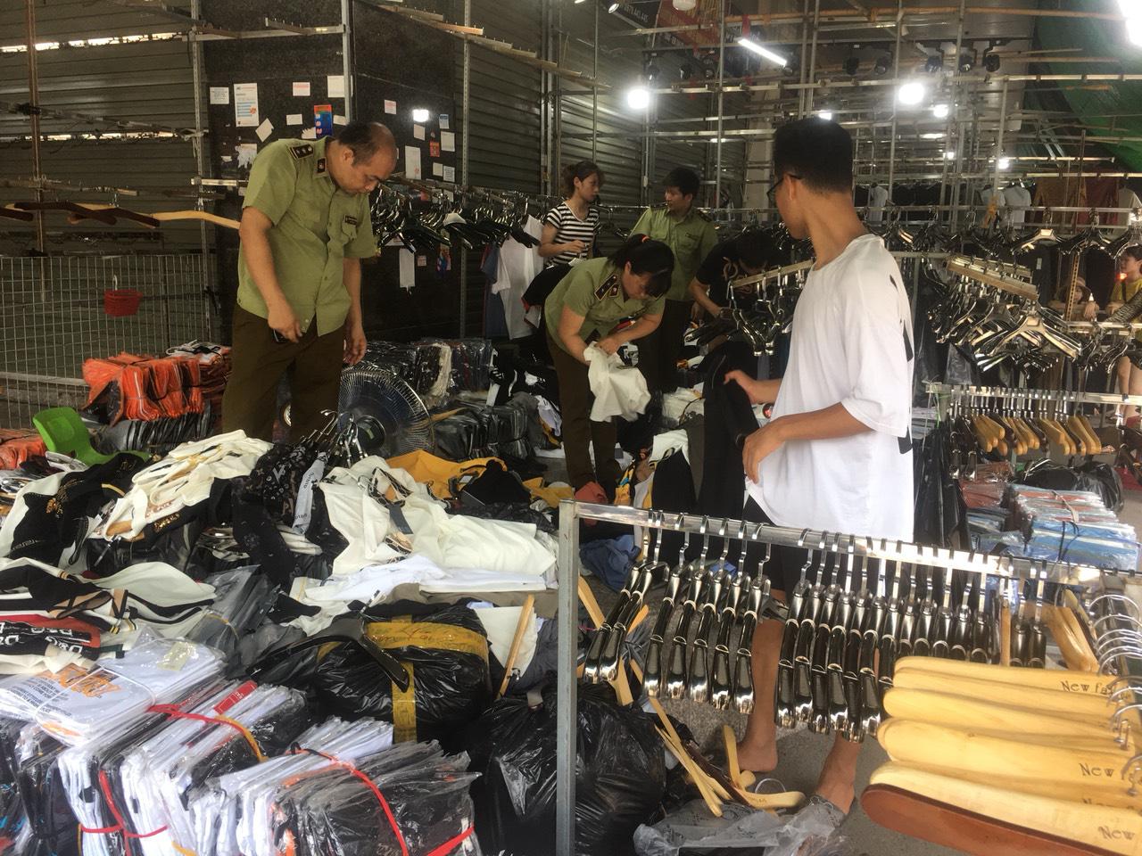 Tấn công khu Ninh Hiệp thu giữ gần 4.700 sản phẩm có dấu hiệu giả, nhái và hàng nhập lậu - Ảnh 2.