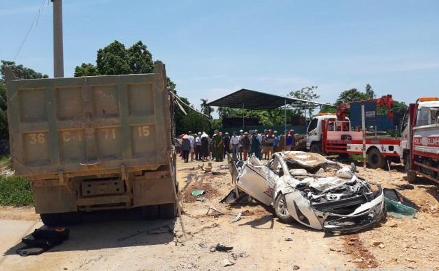 Phó Thủ tướng yêu cầu kiểm tra làm rõ nguyên nhân vụ xe tải đè bẹp xe con, 3 người tử vong - Ảnh 1.