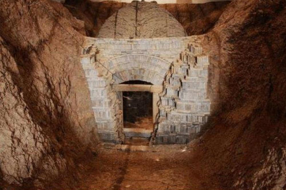 Sự thật về lọ thuốc tìm thấy trong mộ cổ ngàn năm khiến các chuyên gia kinh hãi - Ảnh 1.