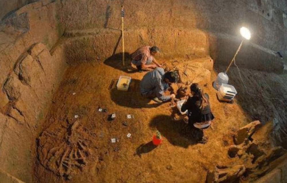 Sự thật về lọ thuốc tìm thấy trong mộ cổ ngàn năm khiến các chuyên gia kinh hãi - Ảnh 2.