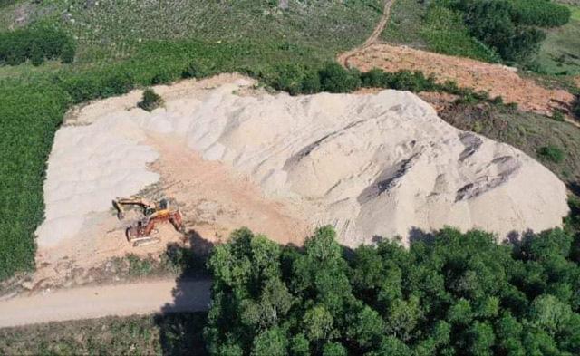 Quảng Ngãi: Chủ bãi chứa cát khủng trái phép là công ty nào?  - Ảnh 1.