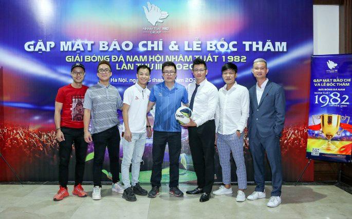 Ông Tống Đức Thuận (chính giữa) người sáng lập Kamito, giày QH19 tài trợ bóng cho giải đấu. Ảnh: Thuận Đức