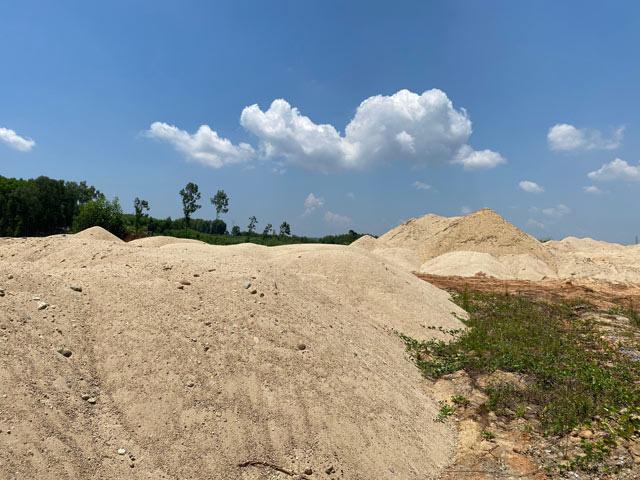 Quảng Ngãi: Hàng chục ngàn m3 cát ở bãi chứa trái phép có nguồn gốc thế nào?  - Ảnh 3.