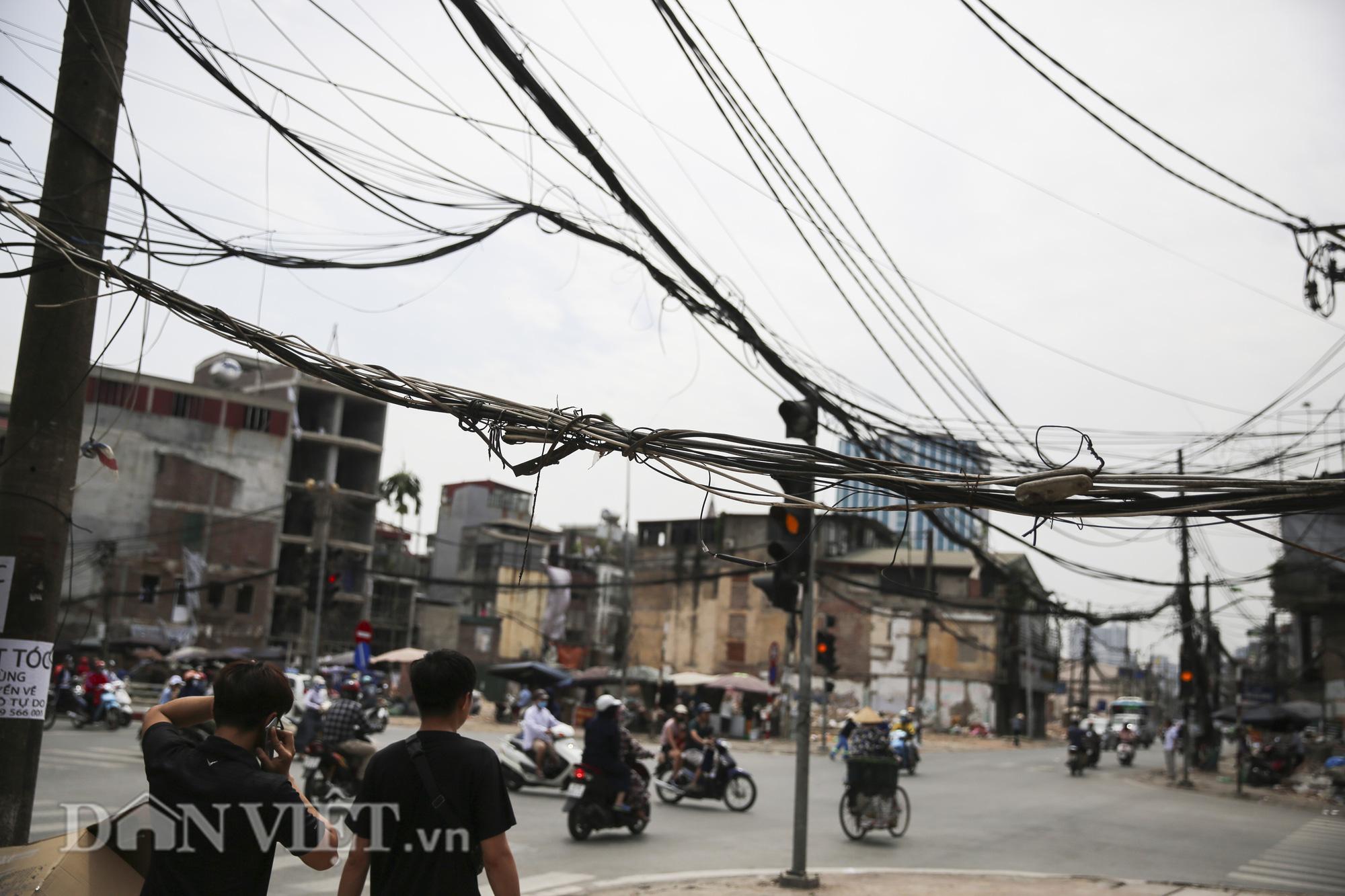 """""""Mạng nhện"""" chằng chịt, bủa vây đường phố Hà Nội - Ảnh 3."""