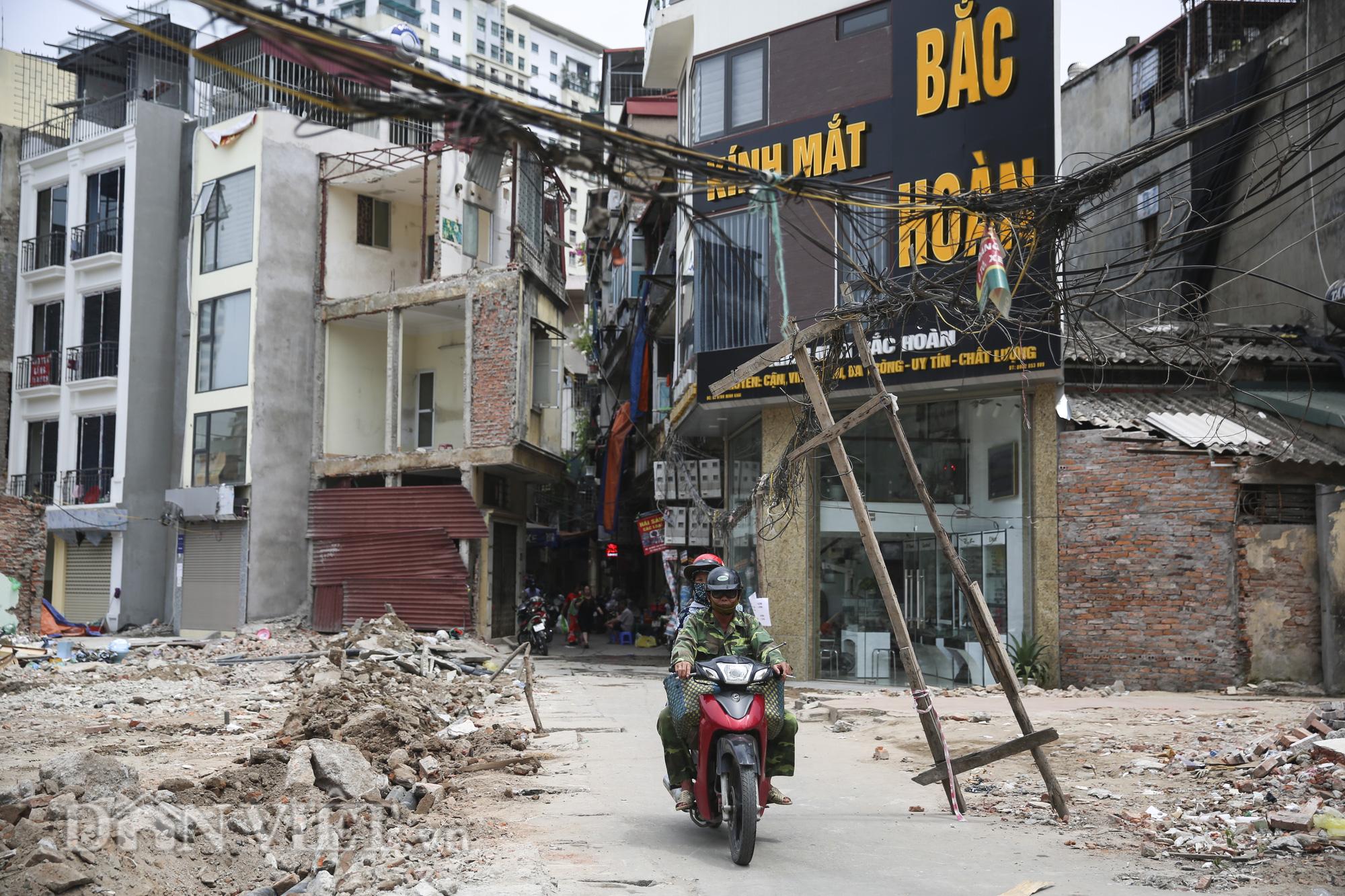 """""""Mạng nhện"""" chằng chịt, bủa vây đường phố Hà Nội - Ảnh 4."""