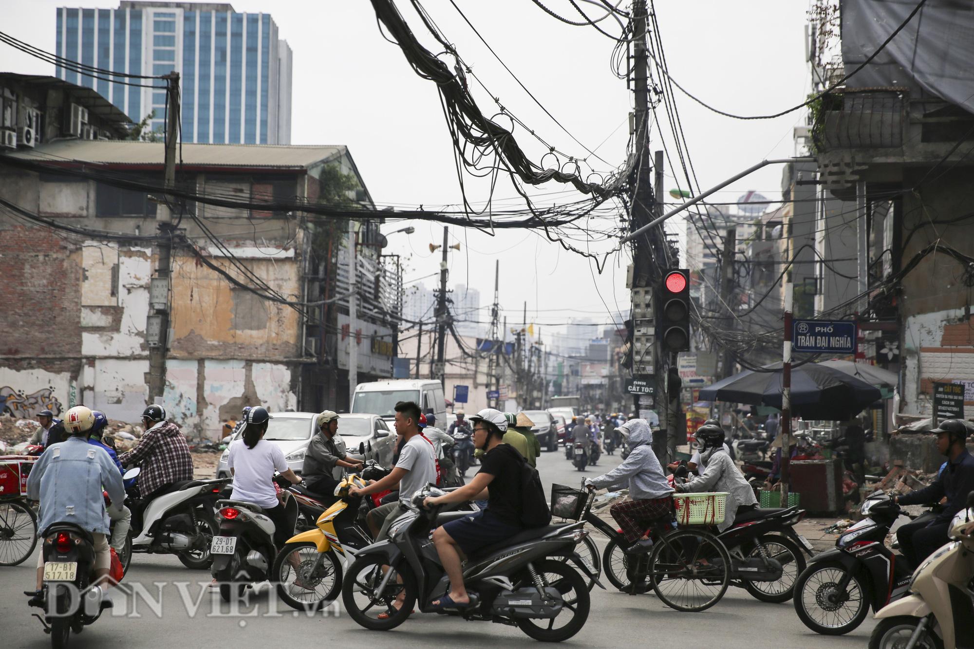 """""""Mạng nhện"""" chằng chịt, bủa vây đường phố Hà Nội - Ảnh 9."""