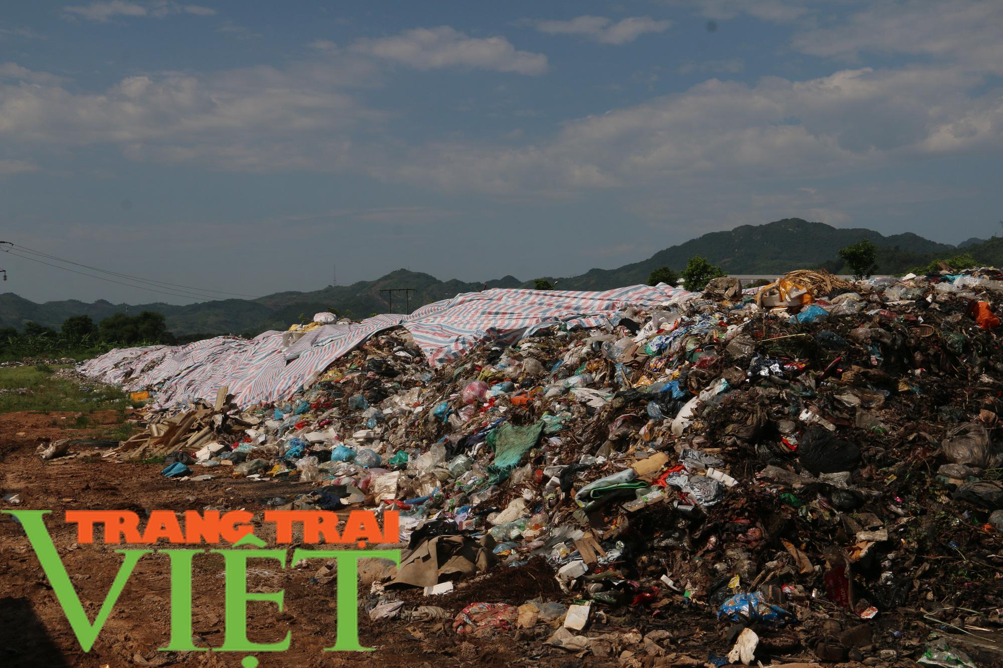 Hoà Bình: Người dân kêu trời vì rác chất đầy gần quảng trường - Ảnh 2.
