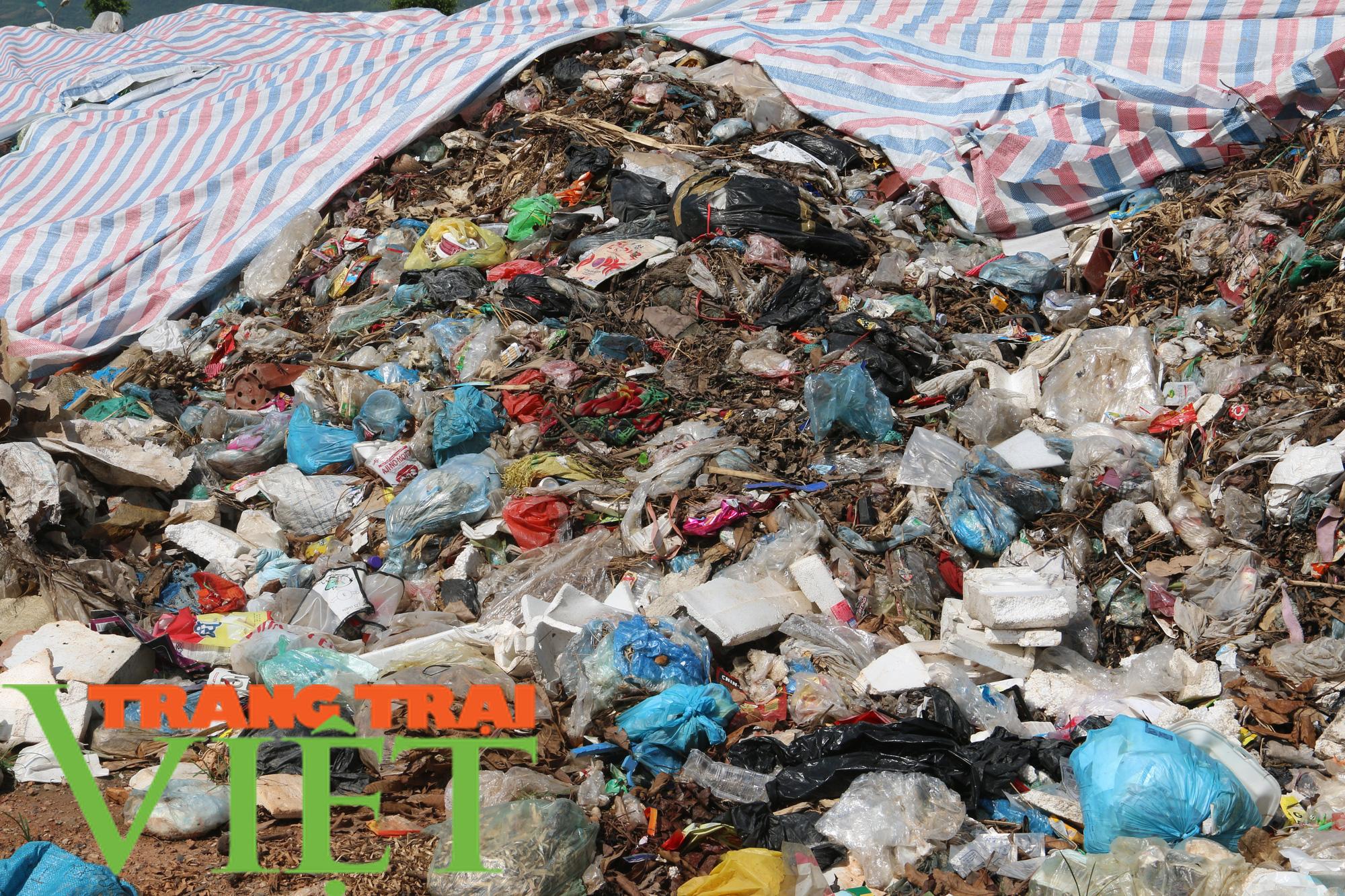 Hoà Bình: Người dân kêu trời vì rác chất đầy gần quảng trường - Ảnh 6.