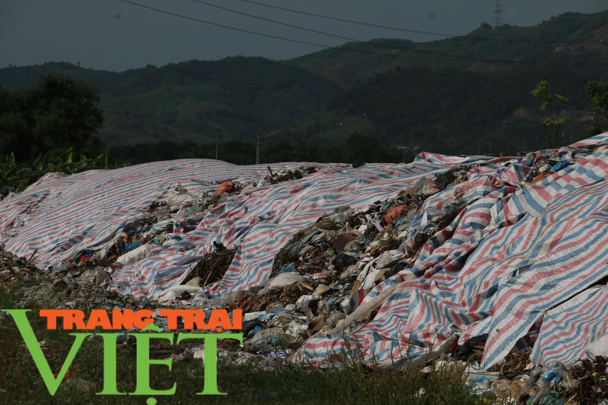 Hoà Bình: Người dân kêu trời vì rác chất đầy gần quảng trường - Ảnh 4.