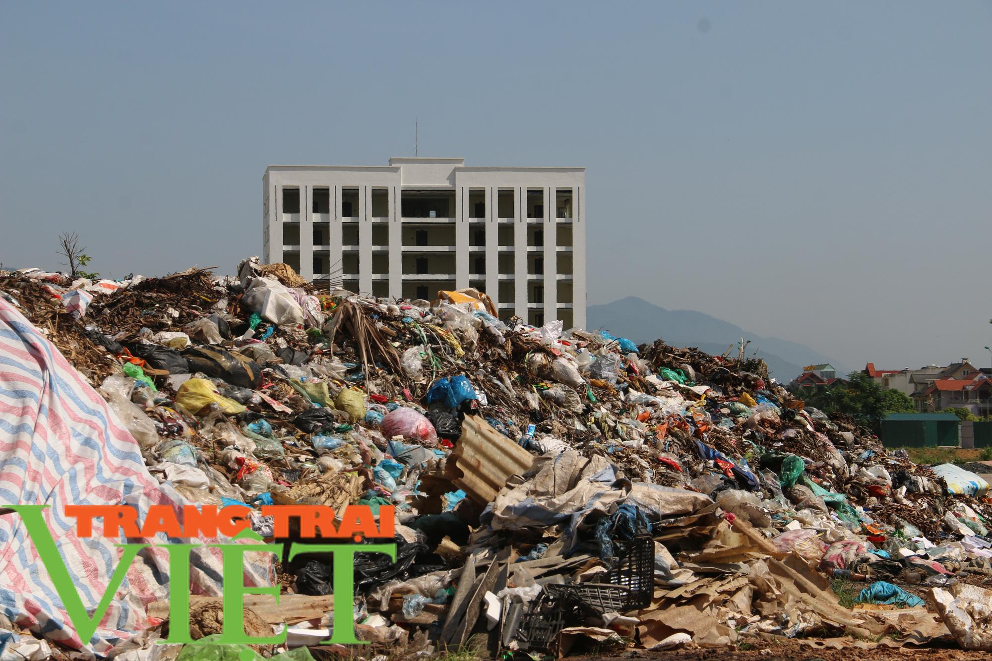 Hoà Bình: Người dân kêu trời vì rác chất đầy gần quảng trường - Ảnh 9.