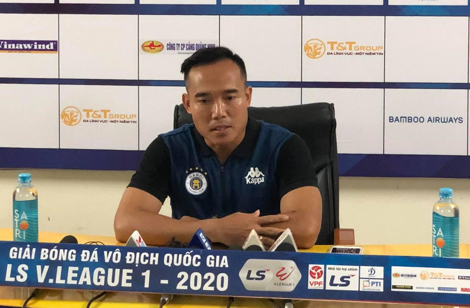 HLV phó Hà Nội FC Nguyễn Công Tuấn bật mí việc Quang Hải nhiều lần bị cầu thủ HAGL đá vào chân. Ảnh: Đức Thành