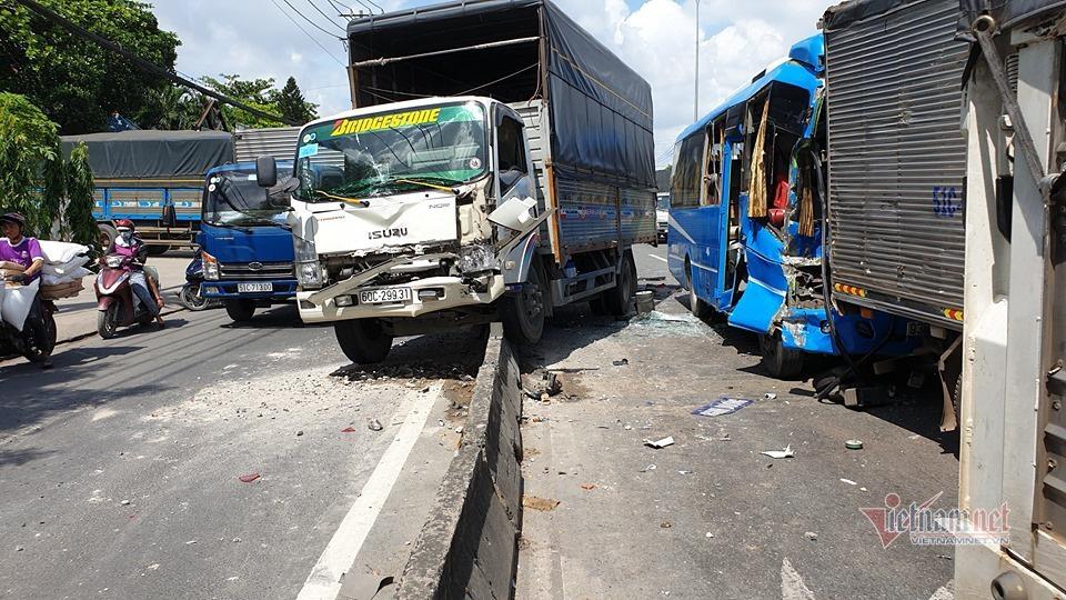 Xe khách vỡ toác sau cú tông loạt xe tải, khách la hét hoảng loạn - Ảnh 1.
