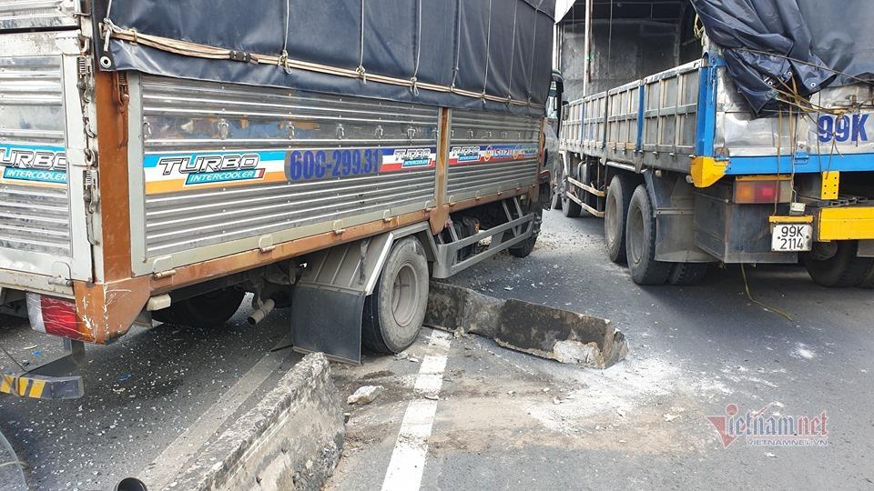 Xe khách vỡ toác sau cú tông loạt xe tải, khách la hét hoảng loạn - Ảnh 3.