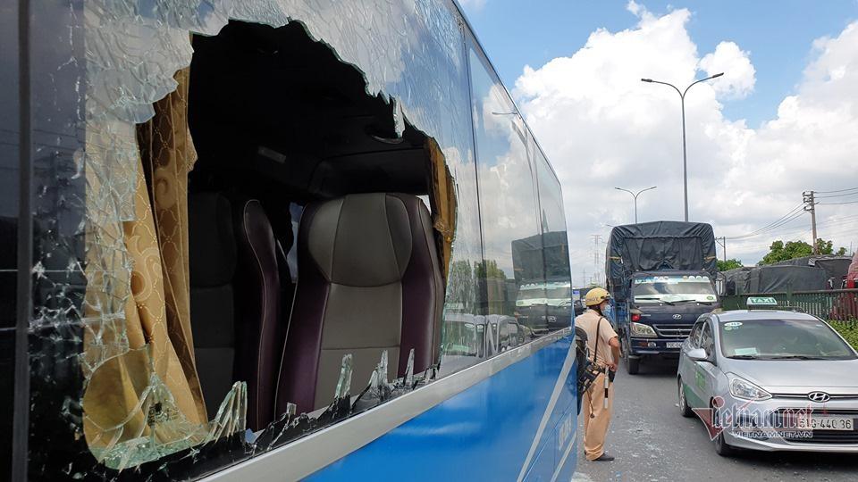 Xe khách vỡ toác sau cú tông loạt xe tải, khách la hét hoảng loạn - Ảnh 5.