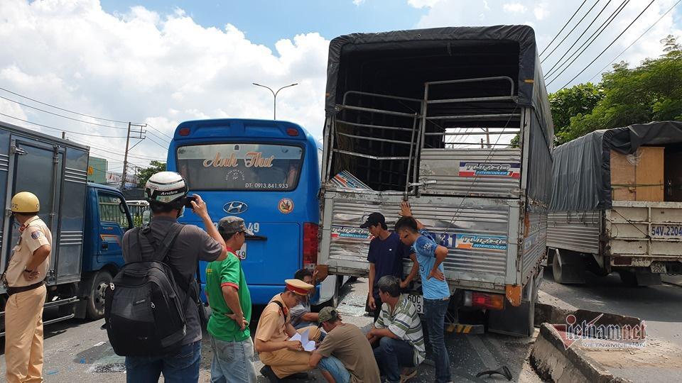 Xe khách vỡ toác sau cú tông loạt xe tải, khách la hét hoảng loạn - Ảnh 4.