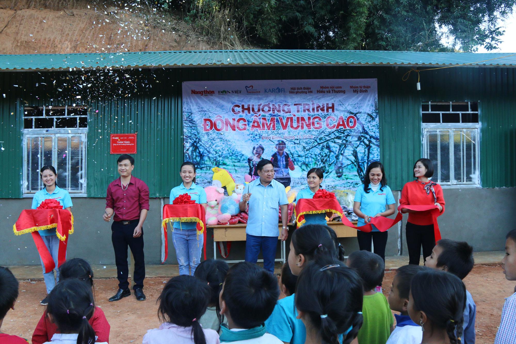 Cắt băng khánh thành điểm trường bản Mường Ten thuộc Trường PTDTBT TH Pú Hồng với 2 lớp học và nhà vệ sinh tặng cho thầy và trò nơi đây.