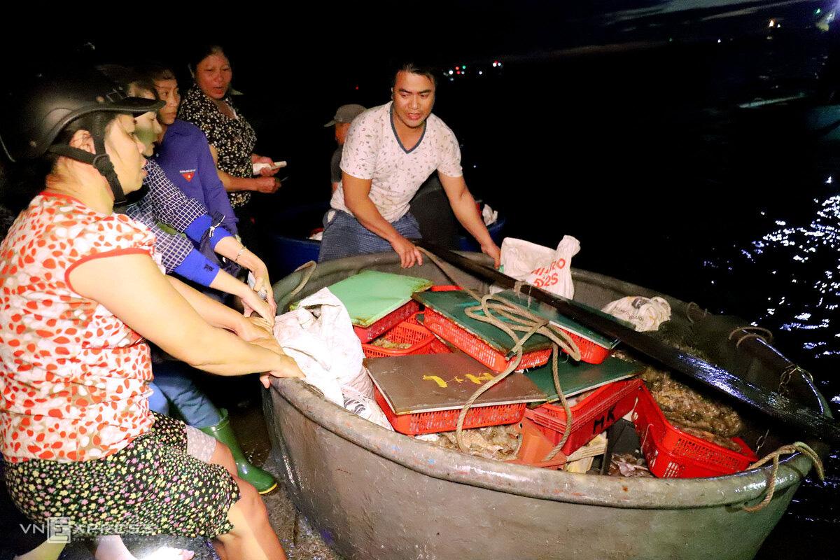 Chợ hải sản 600 năm tuổi bên bờ kè - Ảnh 2.