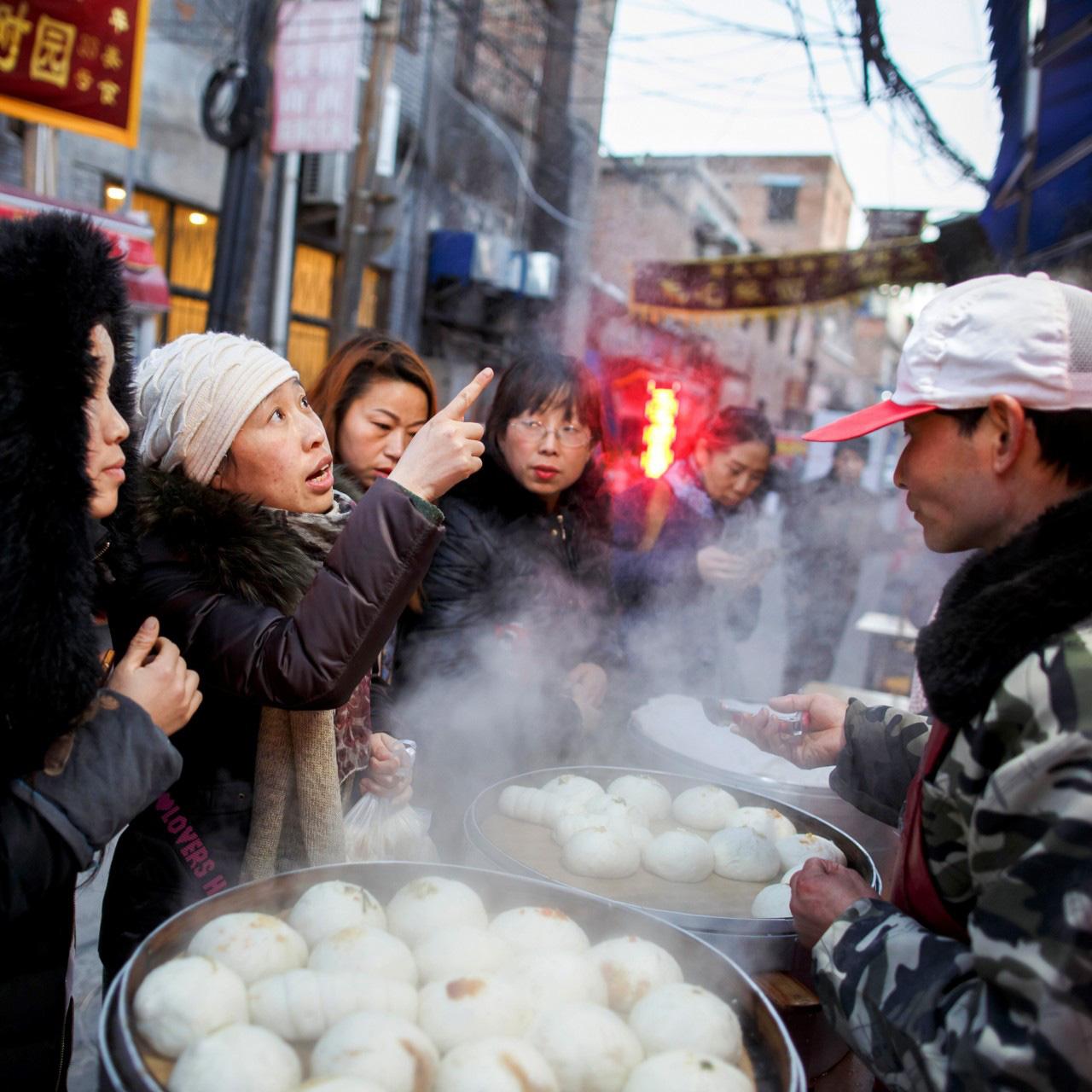 Thất nghiệp tăng kỷ lục, Trung Quốc khuyến khích người dân bán hàng rong - Ảnh 1.
