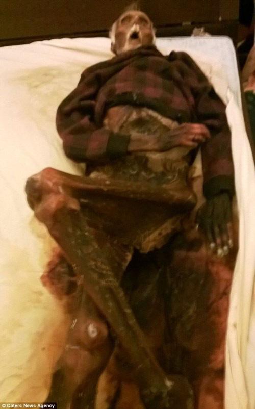 Rùng mình với những xác chết được giữ trong nhà không chôn - Ảnh 3.