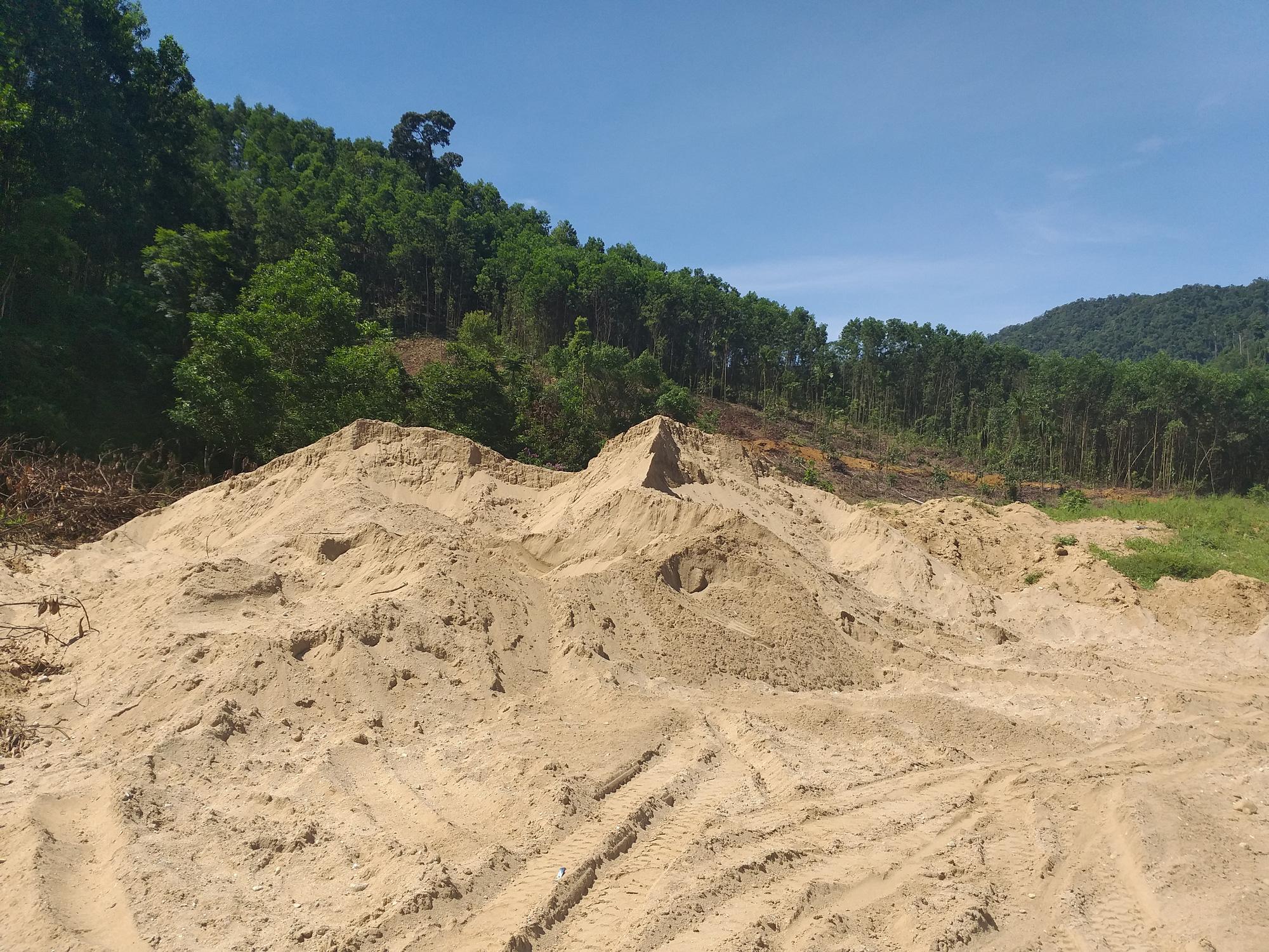 """Vụ ngàn khối cát bị rút ruột ở Nước Xa: Huyện kêu gọi """"cát tặc"""" đến nhận lại cát - Ảnh 2."""