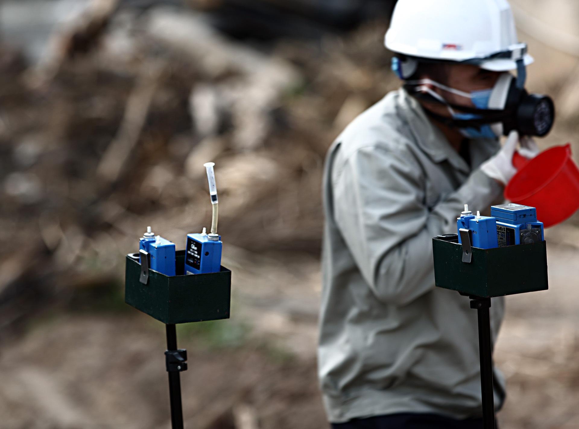 Bộ Tư lệnh hóa học đang phân tích mẫu hóa chất trong vụ cháy ở cảng Đức Giang - Ảnh 1.