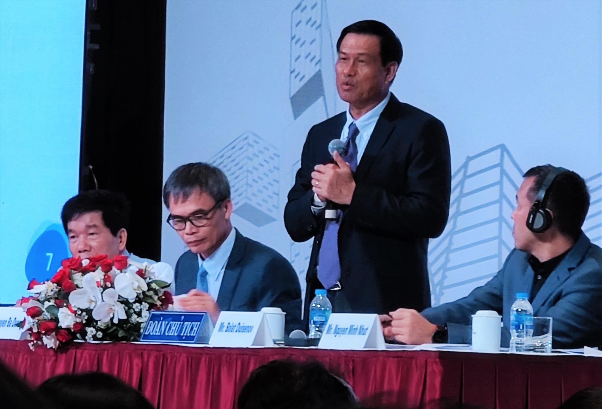 Chủ tịch Hội đồng Quản trị Coteccons Nguyễn Bá Dương (đứng) trần tình trước các cổ đông tại ĐHĐCĐ 2019 vừa được tổ chức chiều qua, 30/6/2020